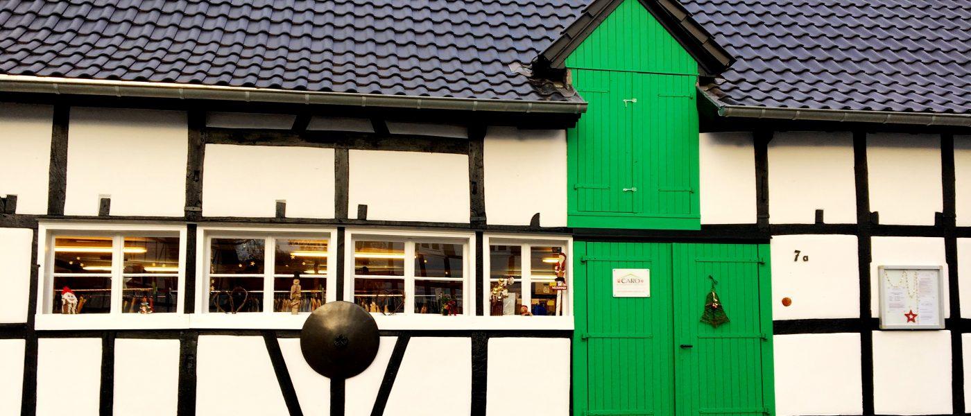 Caro-Kleiderkammer Odenthal_Aussenansicht_Weihnachtsdeko Künstlerscheune
